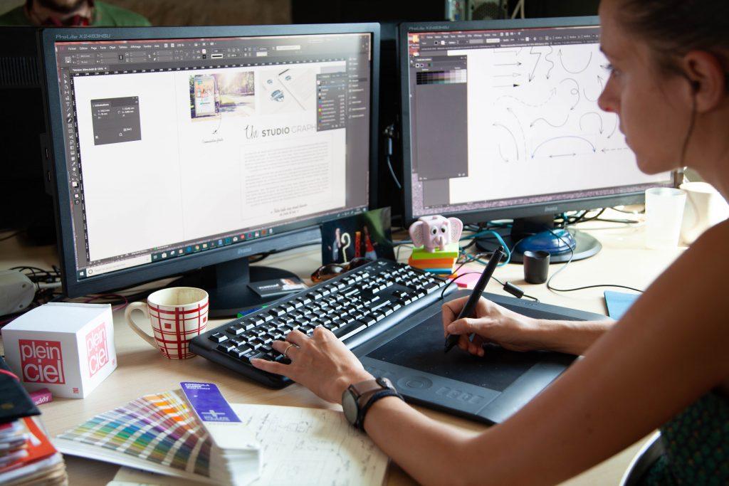 Réalisation d'une charte graphique à l'aide d'une tablette graphique et de logiciel spécifiques de la suite adobe.