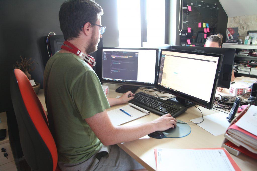 Un développeur web renseignant les mentions obligatoire d'un site internet.