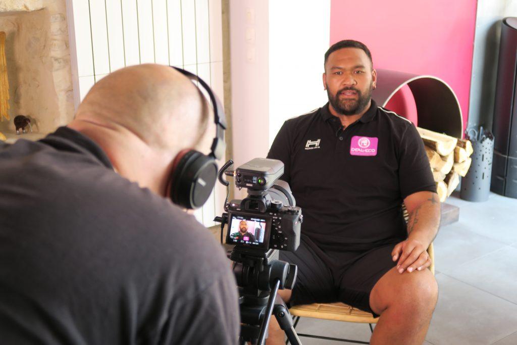 Réalisation d'interview avec micros hf et caméra haute performance par l'agence PLUSCOM.